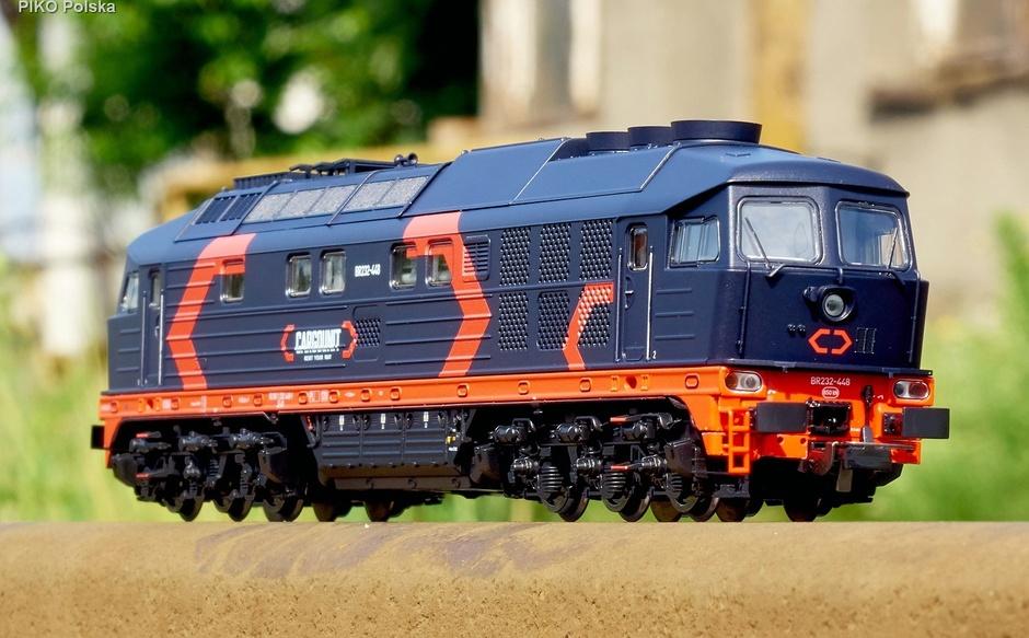Model BR232-448 w barwach Cargounit PIKO 52772.