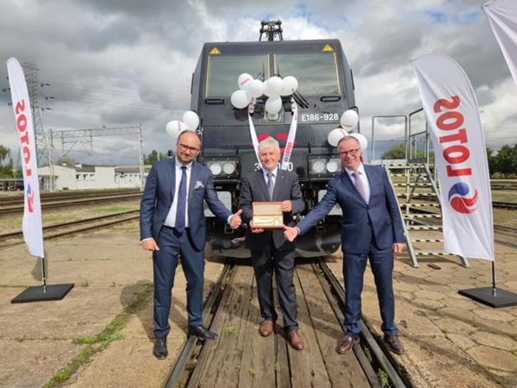 Bombardier dostarcza CARGOUNIT pierwszą z trzech lokomotyw TRAXX